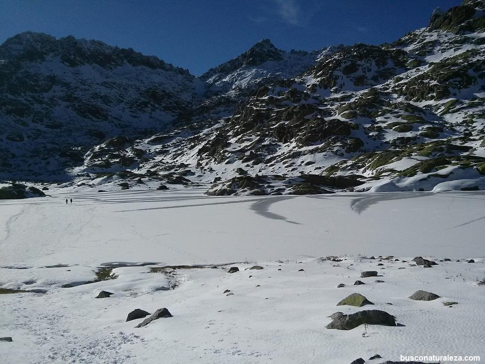 Laguna grande congelada